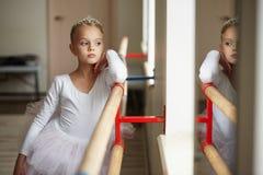 Jeune belle ballerine s'exerçant près de la fenêtre Image libre de droits