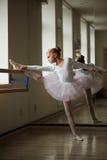 Jeune belle ballerine s'exerçant près de la fenêtre Photographie stock