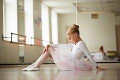 Jeune belle ballerine s'exerçant près de la fenêtre Photos libres de droits