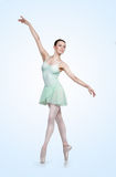 Jeune belle ballerine sur un fond bleu Photographie stock libre de droits