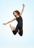 Jeune belle ballerine sur un fond bleu Image stock