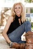Jeune belle blonde en stationnement photos libres de droits