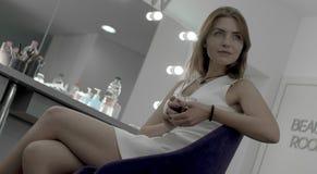 Jeune belle brune détendant dans la chambre de maquillage avec du café photos libres de droits