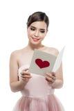 Jeune belle carte de lecture de femme Photographie stock libre de droits