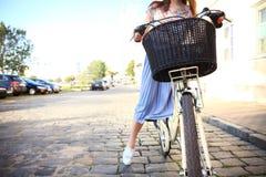 Jeune belle, d'une manière élégante habillée femme avec la bicyclette Beauté, mode et mode de vie image libre de droits