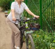 Jeune, belle, d'une manière élégante habillée femme avec la bicyclette Un style de vie sain images libres de droits