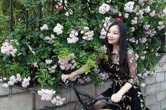 Jeune belle, d'une mani?re ?l?gante habill?e femme avec la bicyclette Sain, faisant un cycle photo stock
