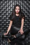 Jeune belle dame dans des vêtements noirs image stock