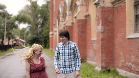 Jeune belle danse de couples dehors en été Dater romantique ou lovestory banque de vidéos