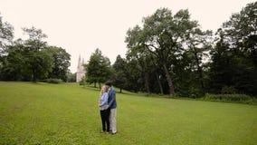 Jeune belle danse de couples en parc en été Dater romantique ou lovestory clips vidéos