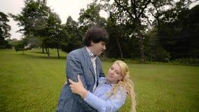 Jeune belle danse de couples en parc en été Dater romantique ou lovestory banque de vidéos