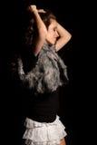 Jeune belle danse de fille sur le fond noir photos libres de droits