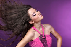 Jeune belle danse heureuse de fille dans la disco-lumière Photographie stock libre de droits