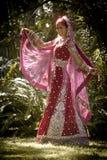 Jeune belle danse indoue indienne de jeune mariée sous l'arbre Image libre de droits
