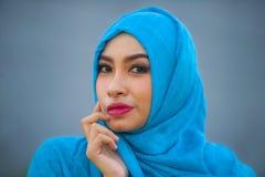 Jeune belle et heureuse femme asiatique dans l'écharpe principale musulmane de hijab posant à l'appareil-photo espiègle ayant l'a photos stock