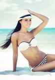 Jeune, belle et sexy femme détendant sur une plage d'été Photo libre de droits