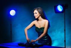 Jeune, belle et sexy fille du DJ jouant la musique sur une partie de disco dans une boîte de nuit image stock