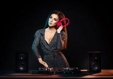 Jeune, belle et sexy fille du DJ jouant la musique sur une partie de disco dans une boîte de nuit photos libres de droits