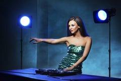 Jeune, belle et sexy fille du DJ jouant la musique sur une partie de disco dans une boîte de nuit photographie stock libre de droits