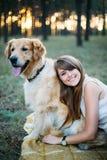 Jeune belle et souriante fille jouant avec un chien Image libre de droits