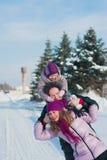 Jeune belle famille dans l'amusement lumineux d'hiver de vêtements sautant et fonctionnant, neige, mode de vie, vacances d'hiver Photos stock