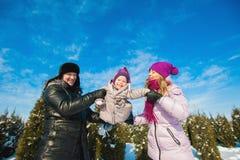 Jeune belle famille dans l'amusement lumineux d'hiver de vêtements sautant et fonctionnant, neige, mode de vie, vacances d'hiver Photographie stock