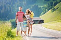 Jeune belle famille, voyageant dans les Alpes suisses Photographie stock libre de droits