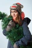 Jeune belle femelle avec un arbre de Noël image stock