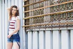 Jeune belle femme à l'extérieur Photographie stock libre de droits
