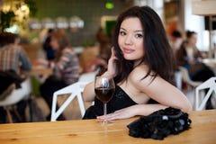 Jeune belle femme à la mode dans la barre Belle fille asiatique dans un p image stock