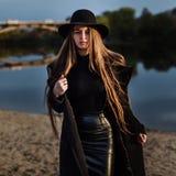 Jeune belle femme à la mode dans le chapeau, longs cheveux Images stock