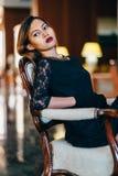 Jeune belle femme élégante dans la séance en soie magnifique de robe Photo libre de droits