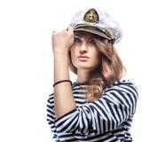 Jeune belle femme adorable dans le crête-chapeau de mer et le gilet dépouillé Photographie stock libre de droits