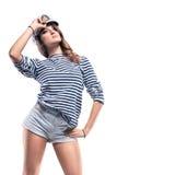 Jeune belle femme adorable dans le crête-chapeau de mer et le gilet dépouillé Photo stock