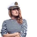 Jeune belle femme adorable dans le crête-chapeau de mer et le gilet dépouillé Photos libres de droits