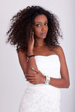 Jeune belle femme africaine avec le cheveu bouclé Images libres de droits