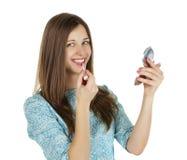 Jeune belle femme appliquant la poudre sur la joue avec la brosse Photographie stock libre de droits