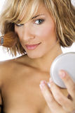Jeune belle femme appliquant le maquillage Photo stock
