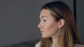 Jeune belle femme appliquant le maquillage avec la brosse banque de vidéos