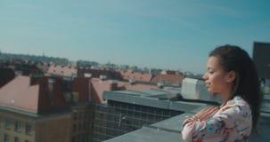 Jeune belle femme appréciant le temps sur un dessus de toit banque de vidéos
