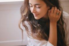 Jeune belle femme appréciant son thé de matin photos stock