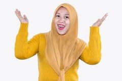 Jeune belle femme asiatique de sourire exprimer ?tonn? et enthousiaste photographie stock libre de droits