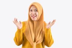 Jeune belle femme asiatique de sourire exprimer ?tonn? et enthousiaste photo stock