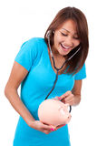 Jeune belle femme asiatique heureuse employant le stethoscop Image libre de droits