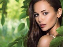 Jeune belle femme avec de longs poils outdoors images libres de droits