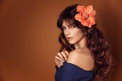 Jeune belle femme avec des fleurs dans ses cheveux et maquillage, modifiant la tonalité la photo photographie stock libre de droits