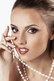 Jeune belle femme avec des perles de bijoux Photographie stock