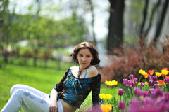 Jeune belle femme avec des tulipes Photographie stock