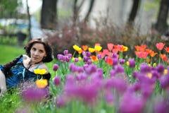 Jeune belle femme avec des tulipes Photo stock