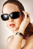 Jeune femme avec des verres de noir de fahion Photo stock